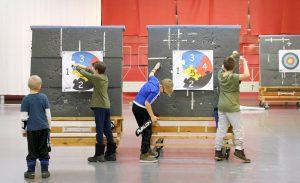 Lapset irrottavat nuolia taulusta Artemiksen junioriharjoituksissa Maunulan liikuntahallissa.